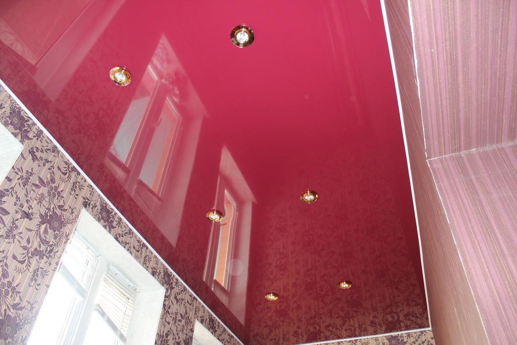 Фото глЯнцевые натЯжные потолки на балкон.